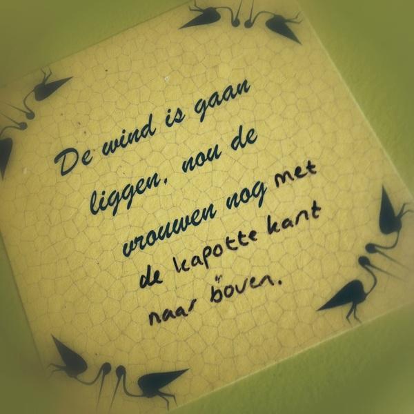 Gezien in de kleedkamer van het Paard van Troje, Den Haag: 'met de kapotte kant naar boven'