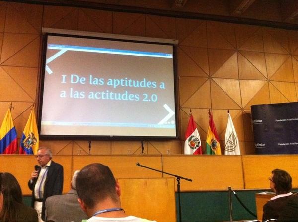 1era diapositiva de @piscitelli: actitud 2.0 #mediosdelfuturo (captura)