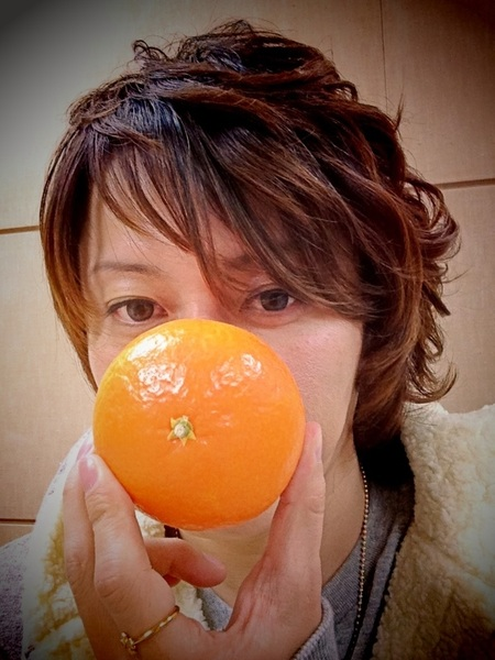 ふぅ〜、また別の番組の収録を終えて、ホッとひと息... お腹減ったなぁ... さっき今週3回も収録で一緒だったD-LITEくんにもらったオレンジた〜べよっと♪