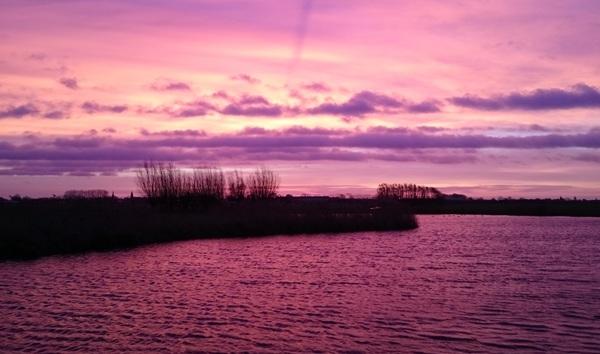 Vanmorgen om kwart over 8 nog voor de zonsopgang, was het mooi rood gekleurd hier in Linschoten! #buienradar
