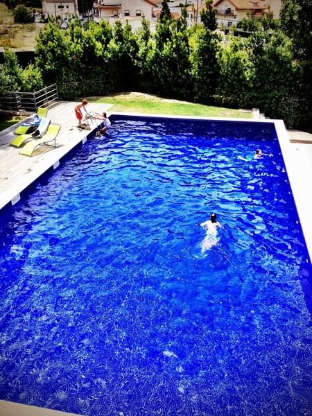 Net iets te fris om te zwemmen nog vandaag. Drankje aan het zwembad dan maar.
