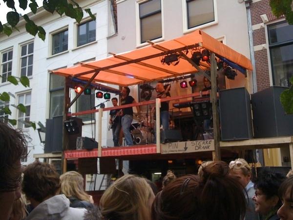De eerste band 'Jewelste' is al aan het spelen geslagen #3oktober #Leiden