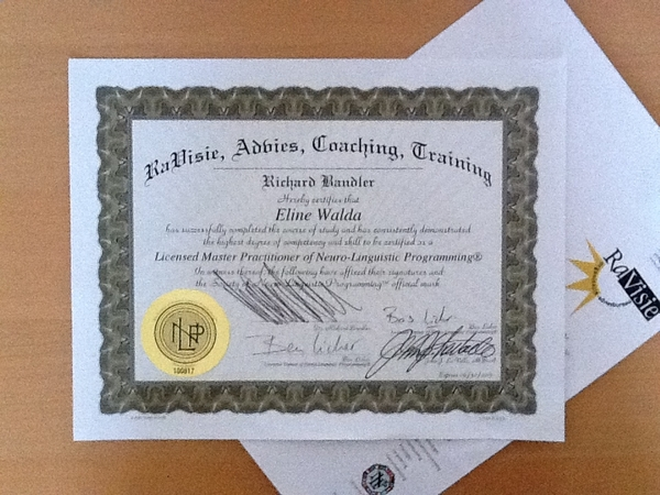 Klein beetje verfomfaaid door Tante Pos maar goed, daar is ie dan: m'n certificaat Master Practitioner NLP!