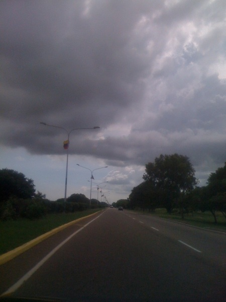 """D  @trafficMcbo Así luce el cielo y la vía al aeropuerto internacional """"La chinita"""" ."""
