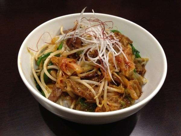 本日の気まぐれランチは 『牛スジキムチ丼』 サラダ・お新香・味噌汁・小鉢(公魚のエスカベッシュ)付き 830円です^_^ 皆様お待ちしております。