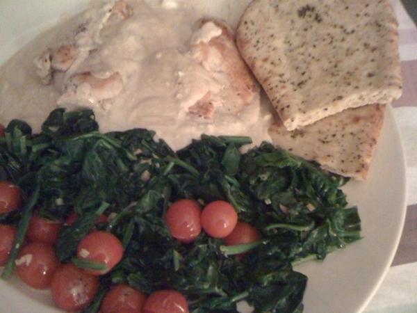 Lekker eten, biol. kipfilet met naanbrood, spinazie en kerstomaatjes in HW's Castle #yummie