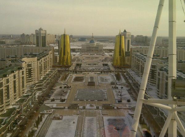 Ze houden hier wel van goud :) Uitzicht op paleis vanaf Bayterek tower in Astana.