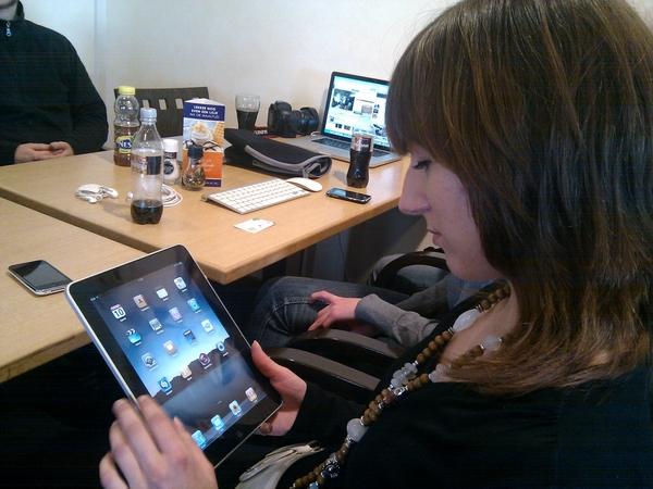 even met de iPad spelen! @aniquetweets #ipadtweetup