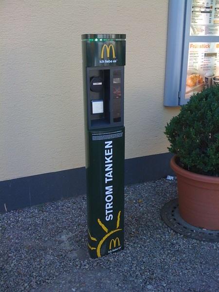 Die erste öffentl. #Tankstelle für #Strom. Dann noch in #Mannheim bei #McDonalds! Was für eine grüne Zukunft!