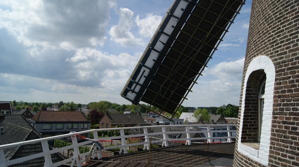 Nationale Molendag met volgens de molenaar Peter van Kuik 'een flardenwind' (foto vanaf de omloop van stellingmolen De Wielewaal in Beneden-Leeuwen) - Rinie van Haren #buienradar