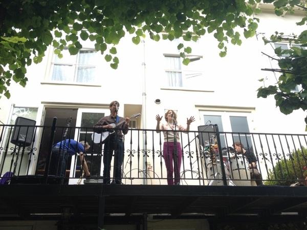 We zijn begonnen de eerste noten van Maya&Adrian en @jsax_nl klinken over de Zuidsingel #Struinen