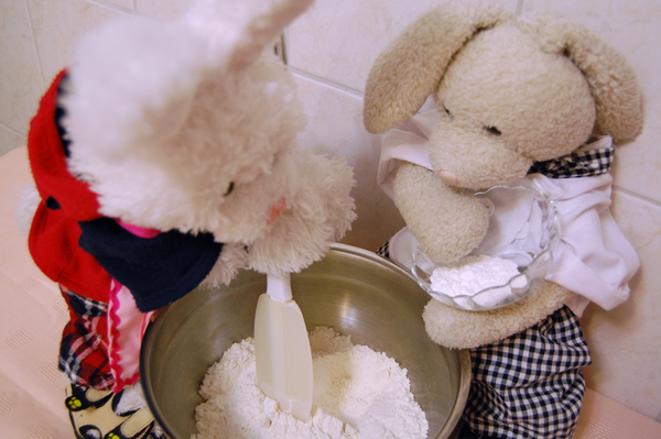 Next we add some baking powder. Rufus, you gotta mix! #cookinwifrabbits #cooking #baking