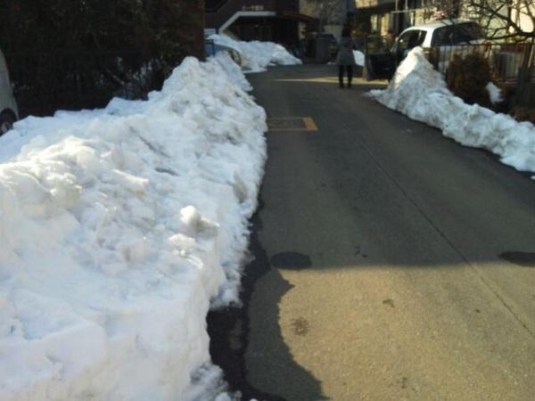 ウチの周りはいまだにこんな感じで、車道はもう乾いてるけど、両脇は根雪になっとる。