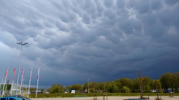 Typische wolken ( tussen felle buien ) #buienradar