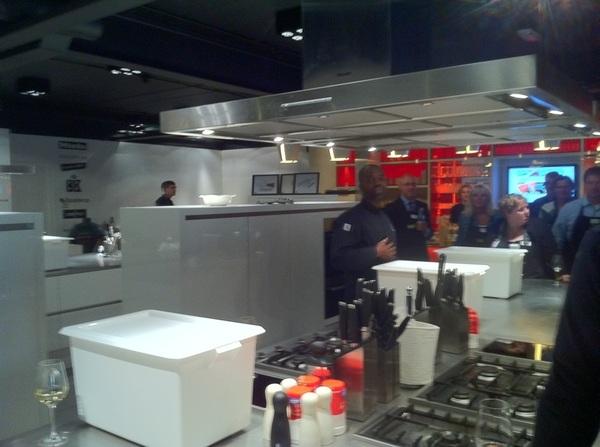 @ramonbeuk geeft instructie voor de kookcompetitie  #mob033 #kookcollege