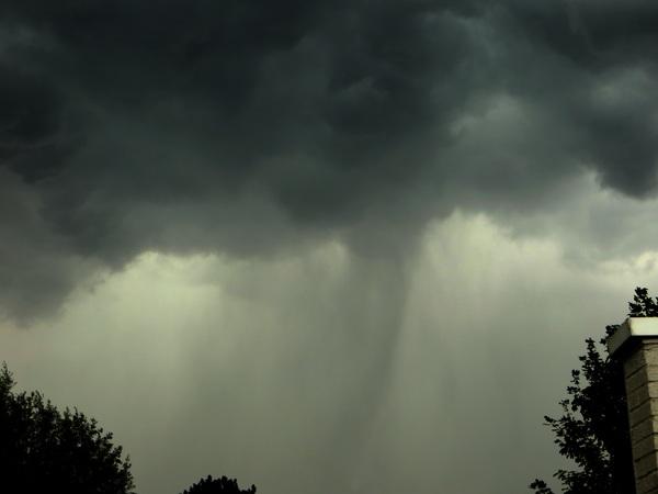 Het begin van een windhoos die later gelukkig volledig oploste  #buienradar