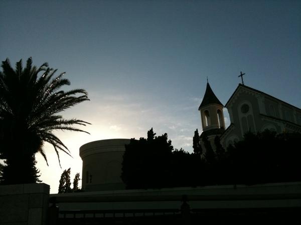 こんなところに教会が。突然、鐘が鳴って、新郎新婦が登場!