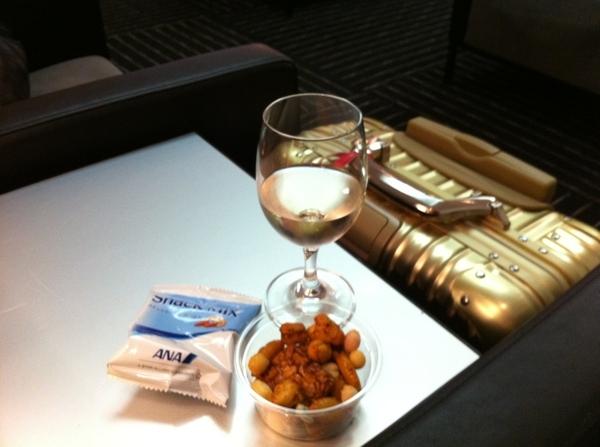 せっかくラウンジに来たのに、軽食食べる元気なし。熱をアルコールで消毒できないかチャレンジ中。