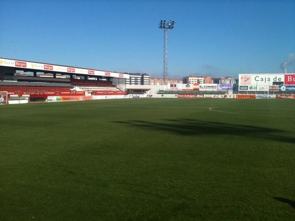 Buen estado del terreno de juego del estadio municipal de Anduva, en Miranda de Ebro, aunque una de las bandas y un área están blancas por el rocío. No hay que preocuparse porque irá desapareciendo a