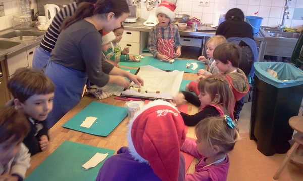 Vinz birthday party in kinderkookcafe maken worstenbroodjes