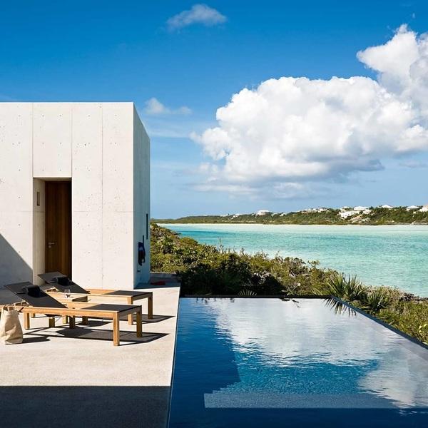 Iedereen zou een #infinitypool in zijn achtertuin moeten hebben. #travel #caribbean #house #tropical #living #playboy