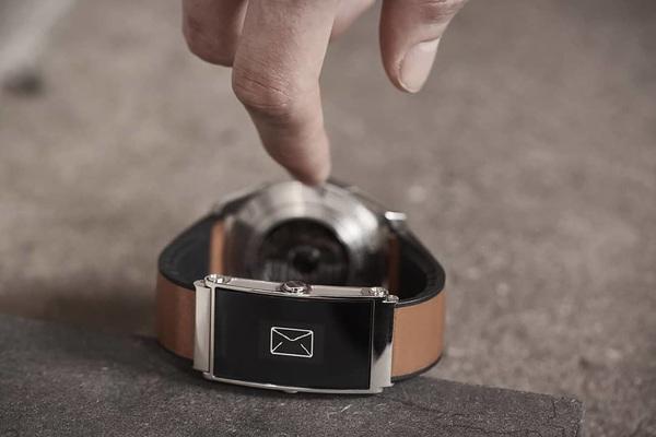 Montblanc slaagt erin om van een klassiek horloge een #smartwatch te maken met de #twin #smart #watchstrap. #watch #cool #playboy #montblanc