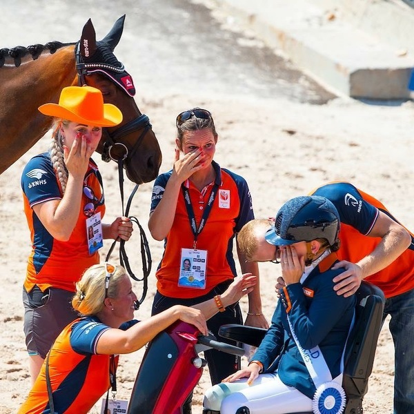 'Teamwork makes the dream work' 🧡🧡🧡🧡 #worldchampion #teamwork #dreamteam #equestrian #twohearts #emotional #sport #orangeisthenewgold