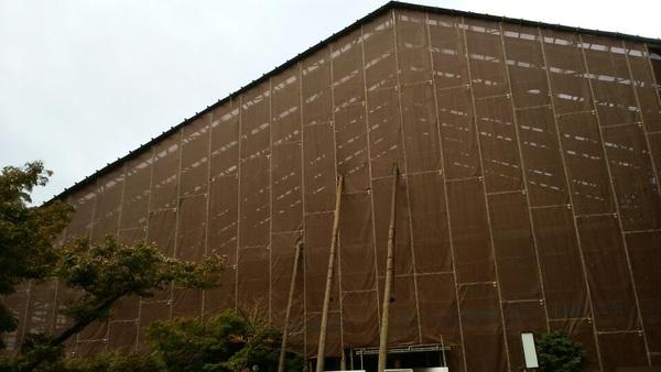 32年ぶりに清水寺へ来ました軽量化をはかるためアルミじゃなく木の足場を使ってます。