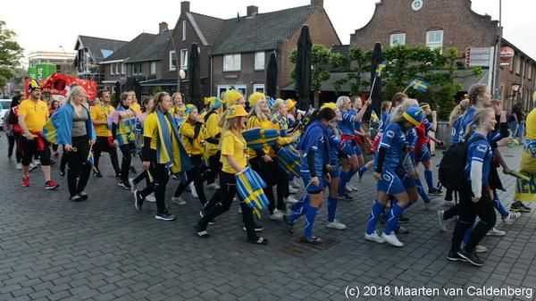 Vanavond trok een kleurrijke stoet van @BrabantGirlsCup door #rosmalen naar @OJCROSMALEN @EuroSportring
