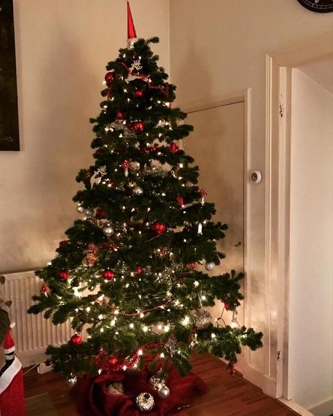 Het is altijd even een gedoe met de lampjes, maar hij staat!🌲😍 #kerst #kerstboom #lampjes #kerstballen #christmas #christmastree