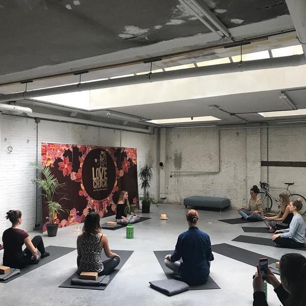 Helemaal zen op deze donderdagmiddag... #yoga #persevent #zen #relaxmodus #silenceisgolden #amsterdam #depijp #lovechock #chocolate #misspublicitynl