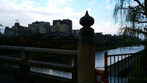 京の五条の橋の橋の上からちょいと出ました無茶坊弁慶。