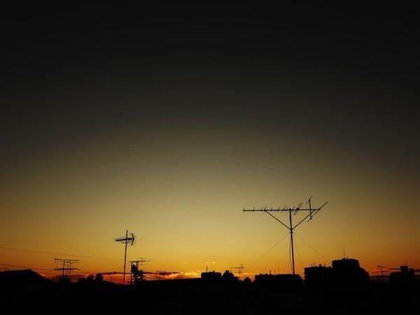みなさん、おはようございます(^_−)−☆真冬の高い蒼空が、美しいグラデーションに染まる夜明けを迎えた東京🗼凛とした空気が心地良い朝です😉本日は剣道部三昧の1日です😤 #MagicHour