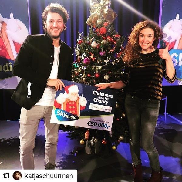 Wow! Congrats Katje & Freek! 💪🎄 Ze wisten maarliefst 50.000 euro aan zendtijd voor Return to Sender te versieren. Well done people!  #Repost @katjaschuurman ・・・ 🎄🎄🎄Joepie!! Gewonnen!!! 50.000 euro aan reclamezendtijd voor @returntosender_nl #returntosender bij @skyradio101fm We zijn superblij! Nu kunnen we iedereen in Nederland vertellen dat ze de mooiste dingen kunnen kopen op www.returntosender.nl Bijvoorbeeld cadeautjes voor deze kerst! 🎄#kerst #christmas #christmastree #cadeau #presents