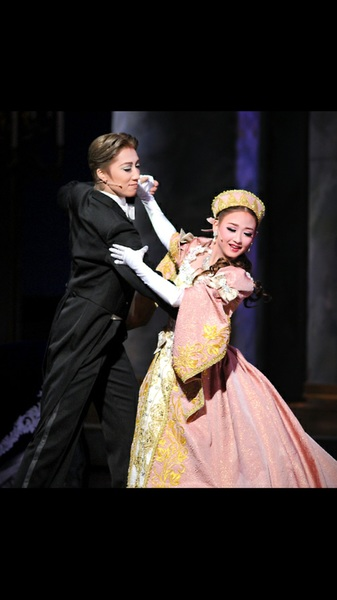 しかし、この一見かわいい写真、旧友(男)への恋心を抱えつつ、旧友が舞踏会に連れてきた、婚約者候補のお姫さまと踊ってるんだよやばい……かわいい……
