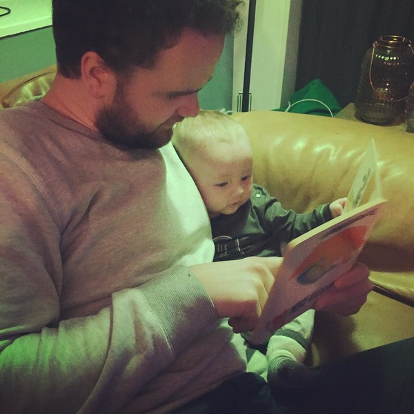 My daddy is better than yours 👨👦 #babyhugo #marsten #babyboy #reading #goodparenting #5monthsold #dikkiedik #momlife #proudmom #inlove #vocabulary #instababy #qualitytime