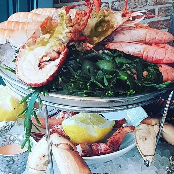 Alleen vlees op ons menu? Welnee, er is meer. Voor de visliefhebber hebben we nu een heuse fruits de mer! 🦐 Vol lekkers als kreeft, langoustine, oesters en garnalen. Te proeven tot dinsdag dus wacht niet te lang 😉  #jarig #jubileum #chefspecial #fruitsdemer #kreeft #langoustine #oesters #restaurant #rotterdam #cornelisrotterdam