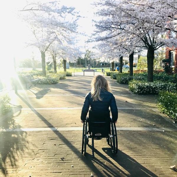 """Fijn weekend iedereen! 🙋♀️🌸 Hebben jullie nog leuke plannen?👇 Mijn advies dit weekend: """"Maak van de regendruppels zonnestralen""""💛☀️ #weekend #friday #sun #happy #positivevibes #wheelchair #brabant #love #pink #flowers"""