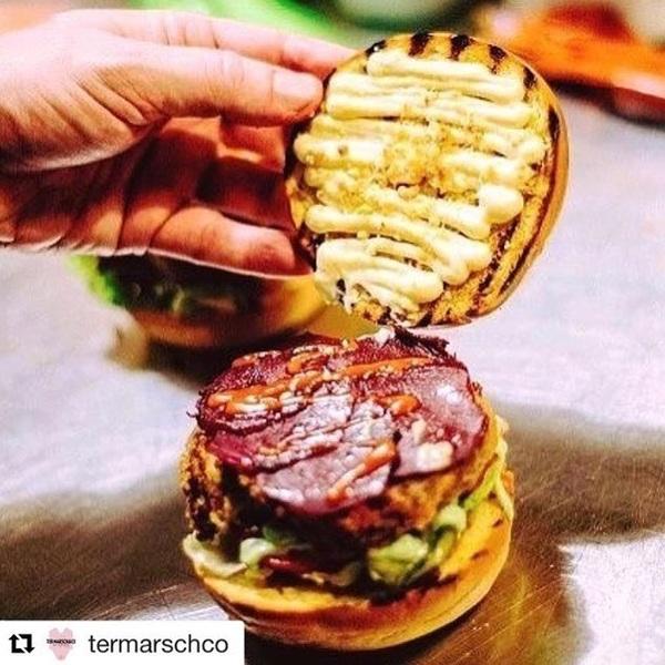 Ik krijg spontaan trek van deze mega Vega Burger @termarschco 😍  #vegaburger #vega #nomeat #aanrader #nieuweburger #proeven #burgerlover #nevernoteating #termarschco #rotterdam #ilovetermarsch