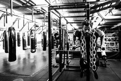 Een zeldzaam rustig moment in de @vondelgym aan de Overtoom. Voordat ik een eigen gym had, vond ik dit de lekkerste momenten om te trainen. In een nagenoeg lege ruimte. Soms zelfs zonder muziek. Alleen het gekletter van ijzer, mijn ademhaling, de hartslag en een hoofd vol gedachten die langzaam geordend worden. Maar ik moet eerlijk zijn... nu geeft weinig mij meer voldoening dan rondlopen in onze gyms op de piekuren, al die mensen lekker aan het trainen. De muziek, de energie, het harde werken. De ruim drieduizend leden zijn onze belangrijkste ambassadeurs. En de trainers natuurlijk. Want zonder een goed team ben je nergens. Misschien wel het allermooist aan deze droom... werken met zoveel leuke mensen, gedreven, gepassioneerd. Ik leer elke dag weer van ze. Dankbaar, en voorzichtig verder dromend.  foto: @annemariedekkerphotography