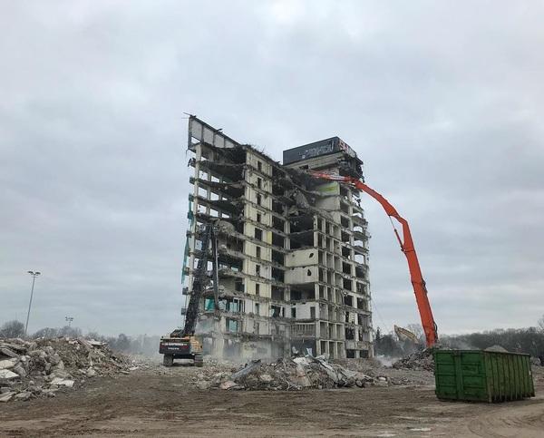 Creative destruction. . . #rotterdam #stadsvernieuwing #ofvernieling #claraziekenhuis  #wegermee #eindelijk