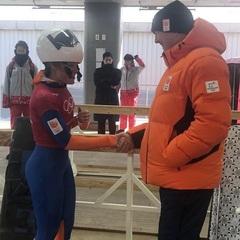 """Mooi momentje gister op de finish van de sliding track in PyeongChang! Thanks voor het delen van mijn foto @teamnlinsta official RepostBy @teamnlinsta: """"Mooi plaatje van gisteren nog: onze @kimberleyb0s ontmoette de koning. Vrijdag haar wedstrijd!"""" (via #InstaRepost @AppsKottage)"""