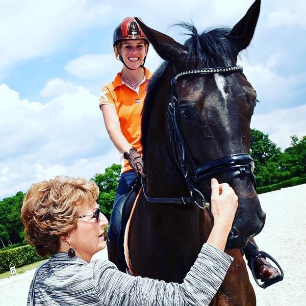 Happy Kingsday🔶👑 Fijne Koningsdag iedereen! TBT 2016 waar Prinses Margriet (erelid van het Internationaal Paralympisch Comité) een training kwam bezoeken😊 Weten jullie welk paard dit is?☺️ #kingsday #orange #traditie #holland #netherlands #koningsdag