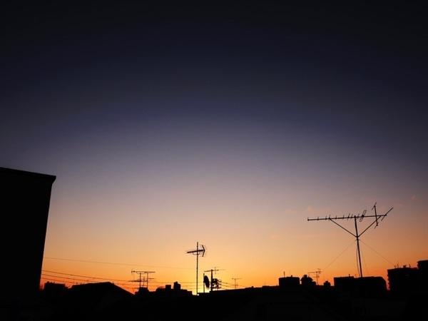 みなさん、おはようございます(^_−)−☆雲一つ澄んだ蒼空が美しいグラデーションに染まる夜明けを迎えた東京🗼凛とした空気が漂う、心地良い朝です😊いよいよ本日から3日間、東京でのイベントが開幕です! #MagicHour