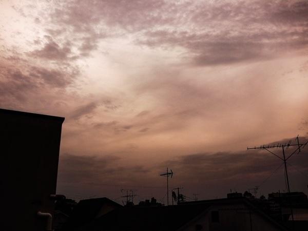 みなさん、おはようございます(^_−)−☆ライトグレーの雲が空いっぱいに広がる夜明けを迎えた東京🗼時折、湿気を帯びた南風が吹く朝です😊本日も、ひたすらお勉強の1日😤新たな知識を詰め込みます!😉 #MagicHour