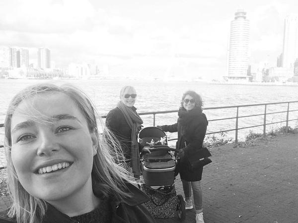 Kleine Hugo mocht vandaag op stap met zijn tantes 💙 sightseeing in Rotterdam! #rotterdam #erasmusbrug #katendrecht