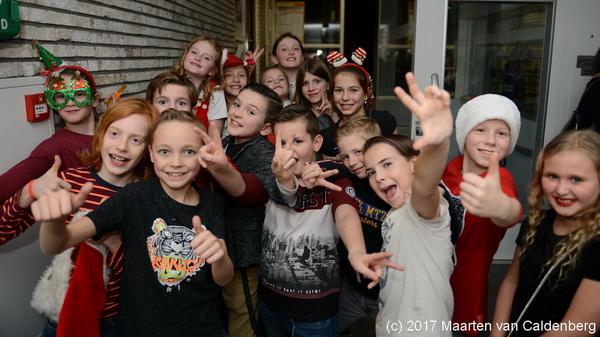 Vanavond is bij @sjvrosmalen de #disco voor groep7 met als thema #kerst . Op de foto kids van @ecsparrenbos #rosmalen