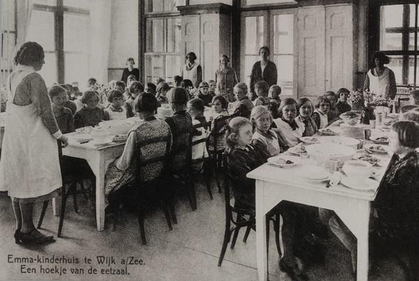 Eet smakelijk! 🍞🍎De eetzaal van het Emma Kinderziekenhuis in 1920, in een dependance in Wijk aan zee. Dit was in 1885 als buitenkliniek geopend. #throwbackthursday  #lunch #steunemma #emmakinderziekenhuis #amsterdamumc