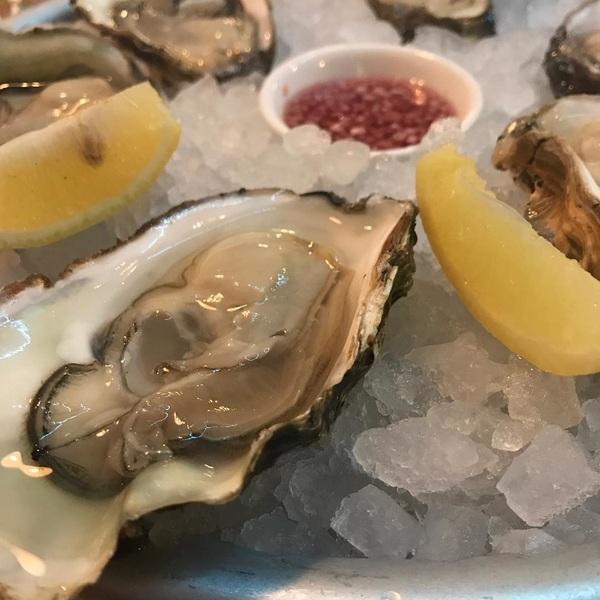 🎉 #feestmaal #oesters #birthdayboy #tgif #fridays #weekend #fishynights #thefishmarket #rotterdam #vismoetzwemmen #proost